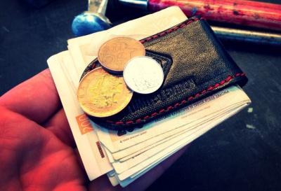 Kožená spona s magnetem udrží i mince.