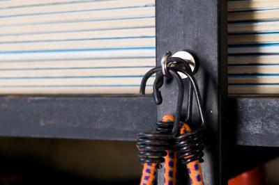 Neodymové magnetické háčky v garáži.