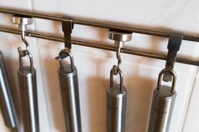 Neodymové magnetické háčky v kuchyni.