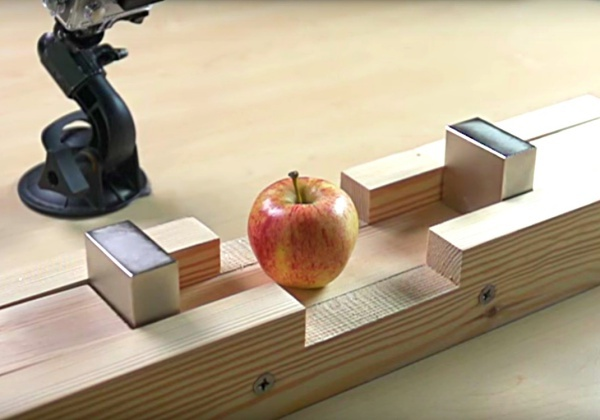 Pokus: Dva neodymové magnety a jablko.