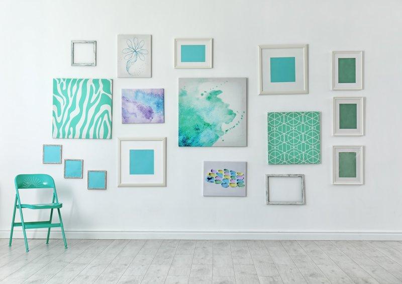 Jak v galerii na stěnu magnety připevnit díla