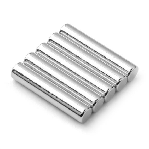 Diametrální tyčový magnet.