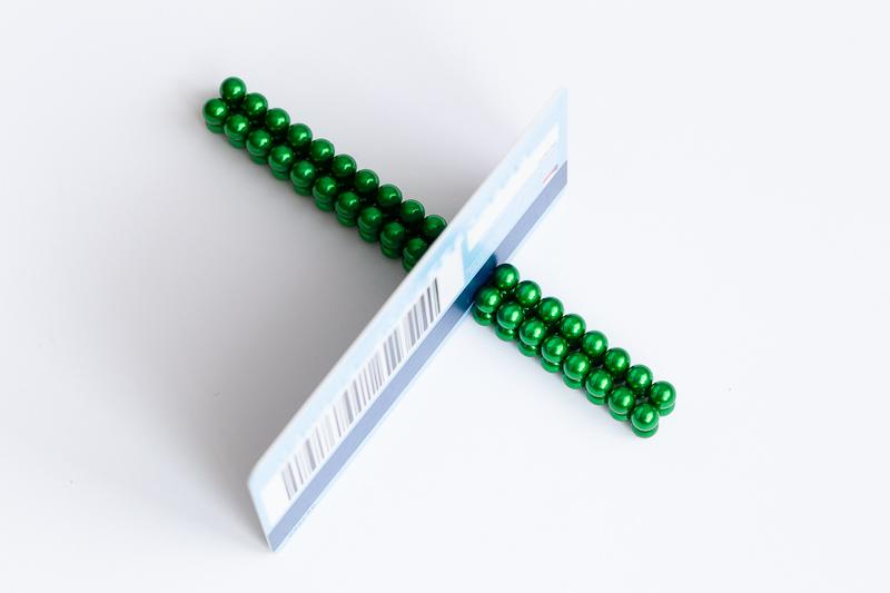 Zelené neodymové kuličky.