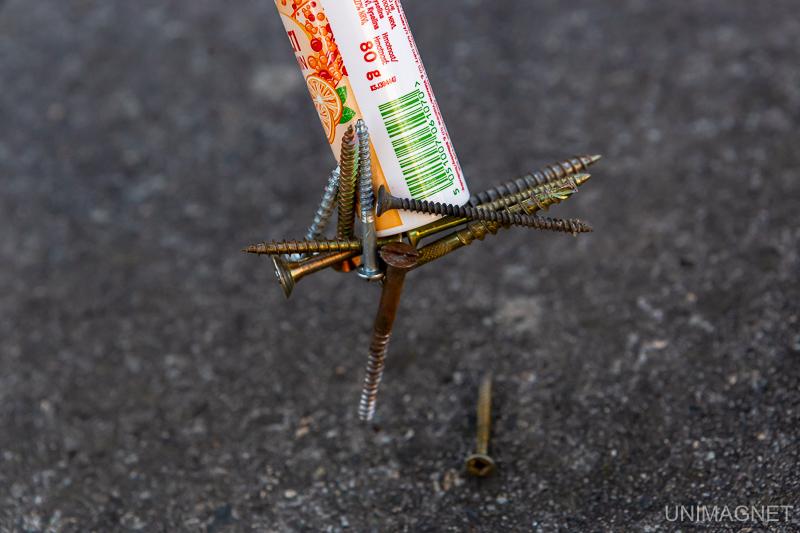 Šrouby přichycené magnetem v plastovém pouzdru.