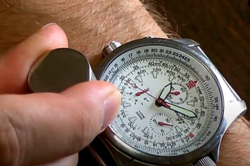 Silný neodymový magnet působí na hodinky.