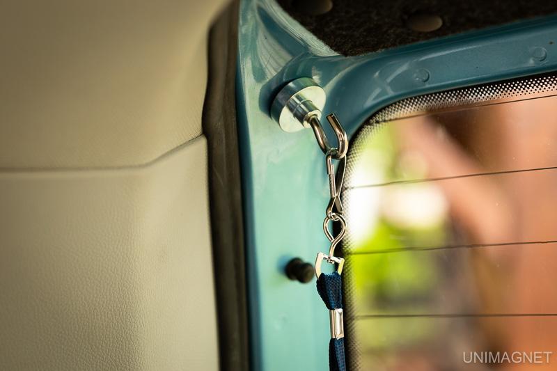 Využití magnetických háčků v autě.