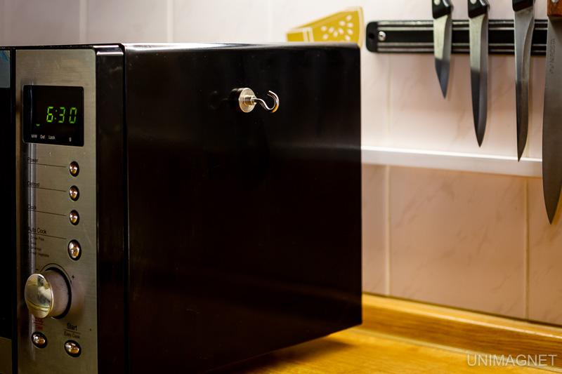 Využití magnetických háčků v kuchyni.