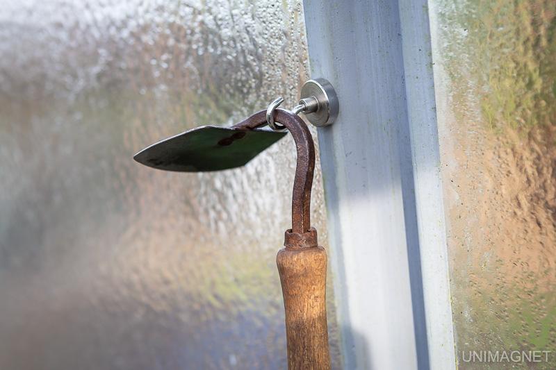 Využití magnetických háčků na zahradě.