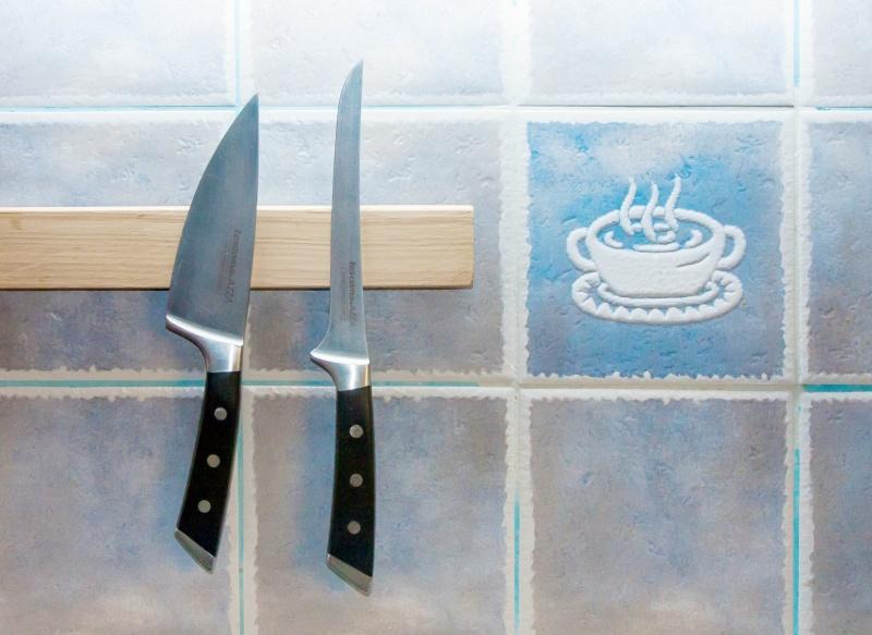 Magnetický držák na kuchyňské nože.