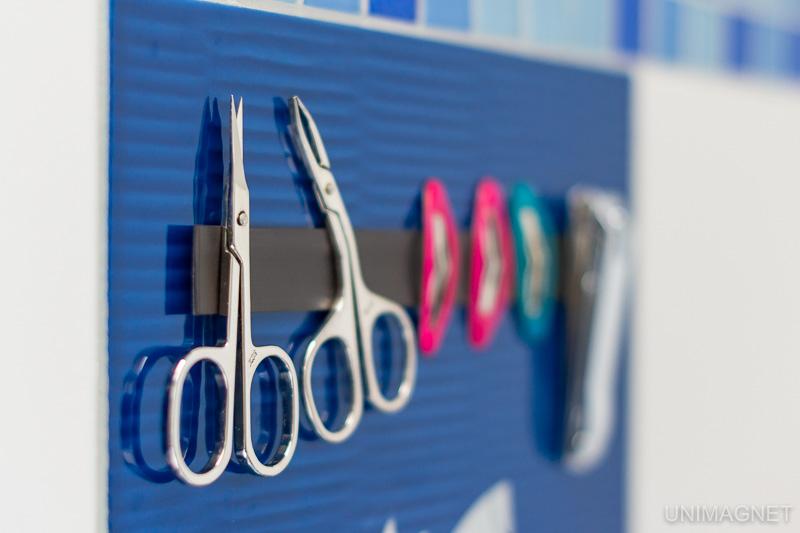 Nástroje na manikúru, sponky do vlasů, malé nůžky na magnetické pásce.