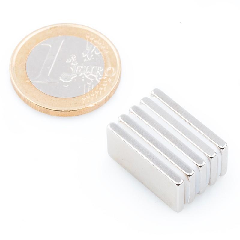Magnetický kvádr s axiální magnetizací.