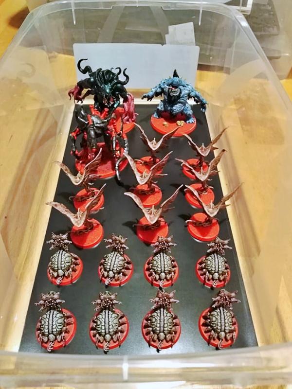 Přepravní box na malé modely a figurky vyrobený z kovové fólie za použití neodymových magnetů.